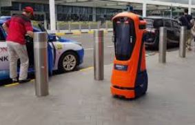 El robot policía Peter se encarga de vigilar la seguridad de los aeropuertos de Singapur