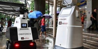 robot policía OB1FORC3 y K3NOBI vigilan en Singapur las estaciones