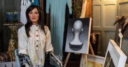 Un robot con forma de mujer que retrata llamada Ai-DA